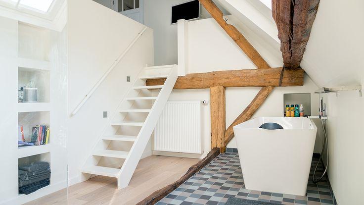 verbouwing-renovatie-woonboerderij--badkamer-met-houten-spanten-en-trap-naar-slaapkamer