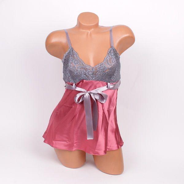 Сатенена пижама от две части изработена от мек сатен в пепелно розово и нежна дантела в сив цвят. Горната част е потник с тънки презрамки, които се коригират, нежна дантела на бюста в сиво и сива сатенена панделка която се връзва отпред. Долната част са ширки къси панталони от сатен в пепелно розово