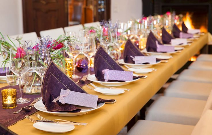 Farah - gold and lilac. Combine with exquisite flowers for a festive setting for New Year