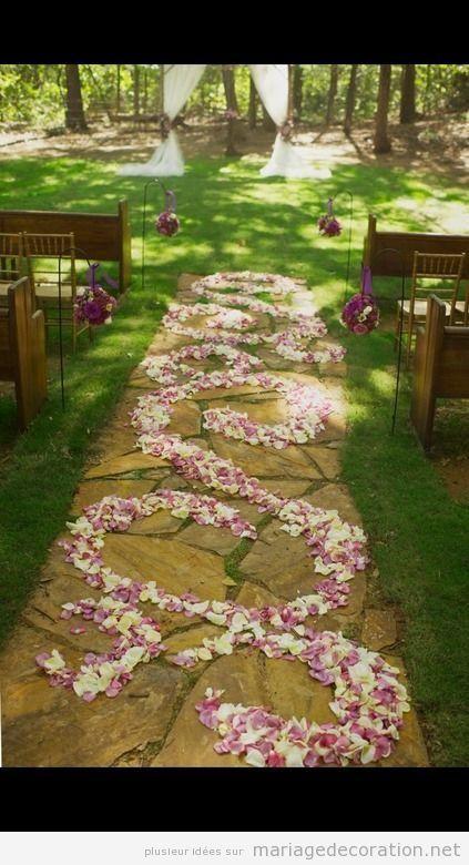 pétales de rose, chemin vers lautel, mariage à plein air