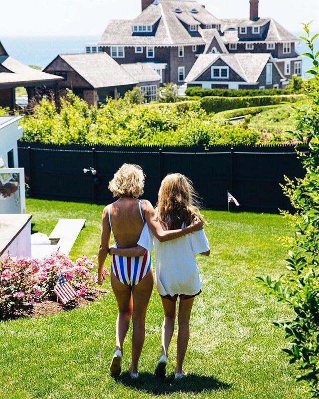 Pin for Later: Taylor Swift, Son Boyfriend, et Son Groupe de Copines Ont Fêté le 4 Juillet Comme Il Se Doit