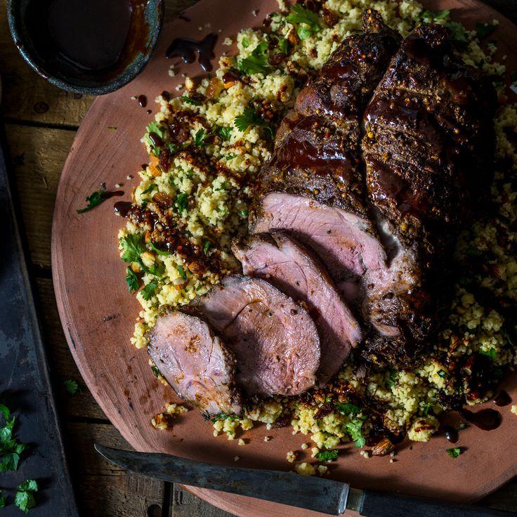 Eine saftig, zarte Lammkeule gehört zum Osteressen. Versuche doch mal ein etwas anderes Rezept mit orientalischen Gewürzen und Rosinen, Mandel Cous Cous.