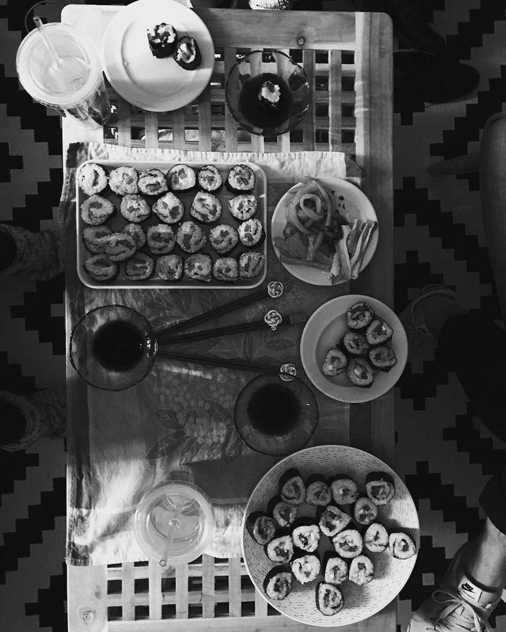 La mesa está servida. Sushi hecho en casa  #sushi #japan #japanese #food #foodporn #love #i #homefood #foodporn #foofgasm #instalike #instagram #instafollow #instapic #instacool #instagramers #lunch #saturday