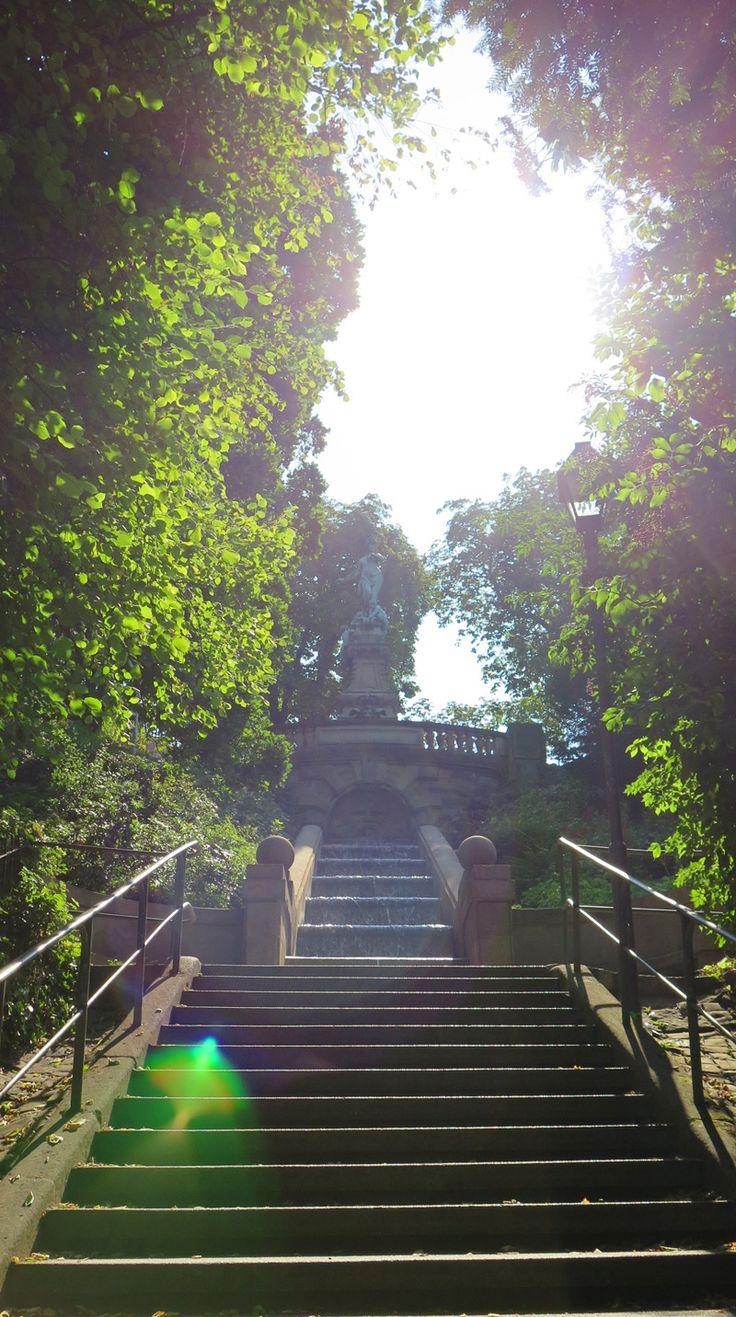 Schönes Stuttgart: Stäffele zum Galatea-Brunnen im Sonnenlicht.