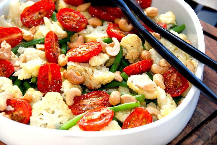Se hvordan du laver en virkelig lækker salat med bagt blomkål og tomat, der bages 10 minutter i ovnen, og vendes med bønner og cashewnødder.  Salat med bagt blomkål og tomat er dejlig salat, der anvendes