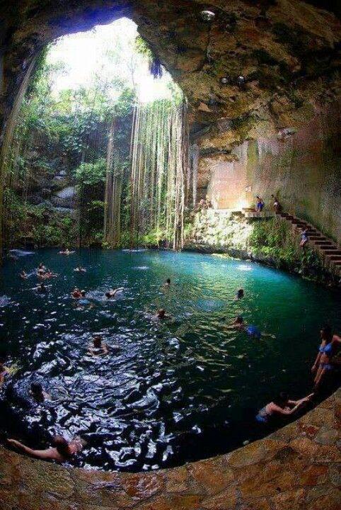 Ils sont dans une grotte. ils s'amusent dans l'eau. On dirait qu'ils sont à une fête à la piscine