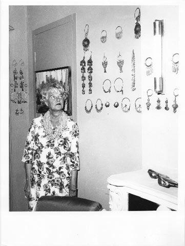Peggy Guggenheim a Palazzo Venier dei Leoni; alle pareti la sua collezione di orecchini; Venezia, fine Anni 60.   �