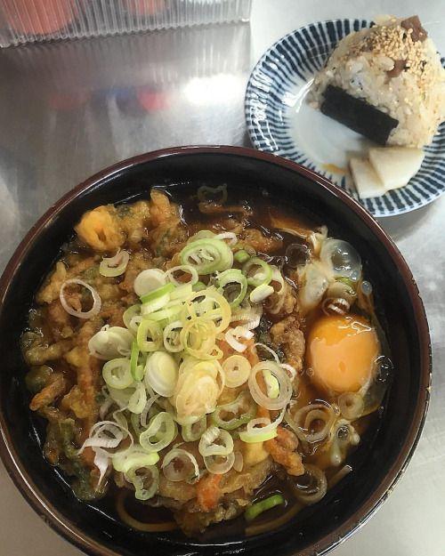 天玉そば 430円 #田吾作 #路麺 #立ち食いそば #八王子 #instafood #yummy #foodporn #tokyo #lunch #japanesefood #soba #sobanoodles #noodles #tenpura #egg #onigiri #omusubi #tenpurasoba #石川 #天ぷら #かき揚げ #蕎麦 #そば #おにぎり (Hachioji, Tokyo)