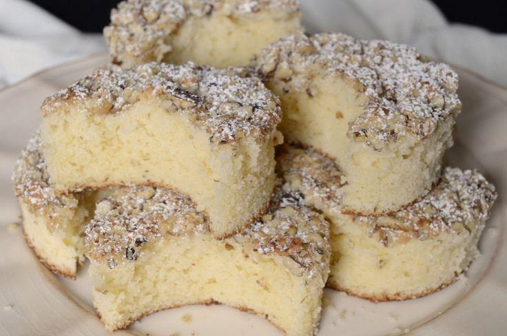 Jednoduchý koláček s bohatou oříškovou drobenkou. Měkoučký jako pavučinka a neuvěřitelně chutný.