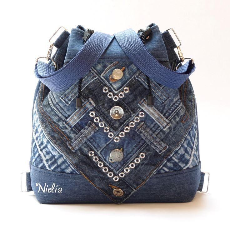 S patinou v korzetu v batůžkové verzi II POUZE JEDEN KUS Kabelko-batůžek je vyroben z recy modré rifloviny a opasků z mnoha riflí s krásnou patinou. Opasky různých odstínů modré mají ponechané knoflíčkové zapínání, které je zároveň zdobným prvkem kabelky. Opasky tvoří opticky korzet, či krunýř :) Zadní strana je zdobně prošitá pro zpevnění a doplněna o ...