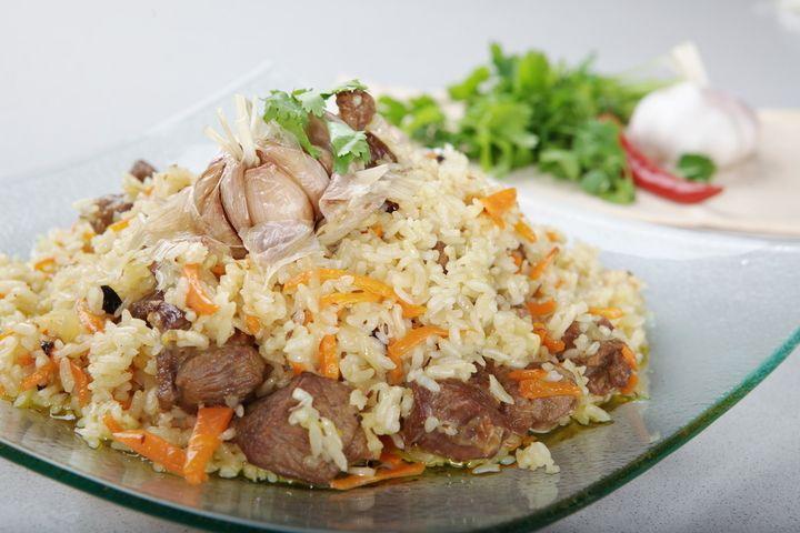 Плов из баранины Подготавливаем ингредиенты: баранина 750 г, сало 100-150 г, рис (среднезерный) 500 г, морковь 3-4 шт, лук 2-3 шт, чеснок 2-3 головки, перец (красный или зеленый) 1-3 ст...