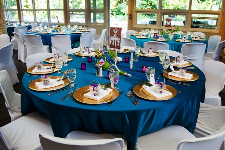 Navy table cloth with gold chargers & fuschia candles. Like it!