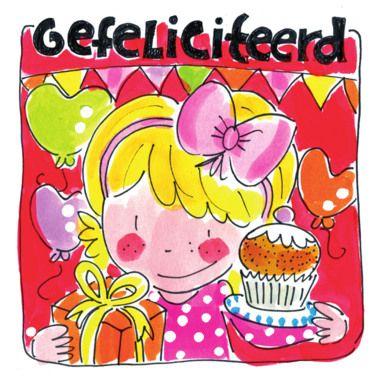 Een jarig meisje met cadeau en cupcake