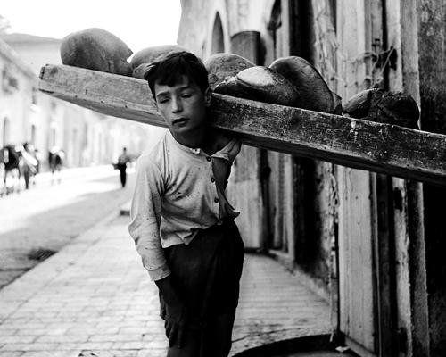Nino Migliori (1926) Portatore di pane' da Gente del Sud 1956    #TuscanyAgriturismoGiratola