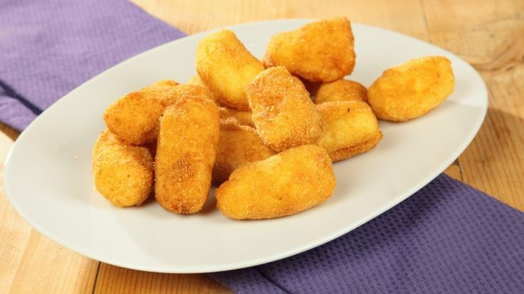 Ricetta Crocchette di patate: Le crocchette di patate sono un grande classico della cucina. Con le patate si può fare praticamente di tutto.  Patate bollite, parmigiano, uova e un po' di burro, una preparazione semplice ed un risultato spettacolare! Sarà che il fritto è buono per definizione, ma le crocchette di patate sono davvero sfiziose, e piacciono proprio a tutti, grandi e piccini... E allora? Che l'olio inizi a scaldarsi!