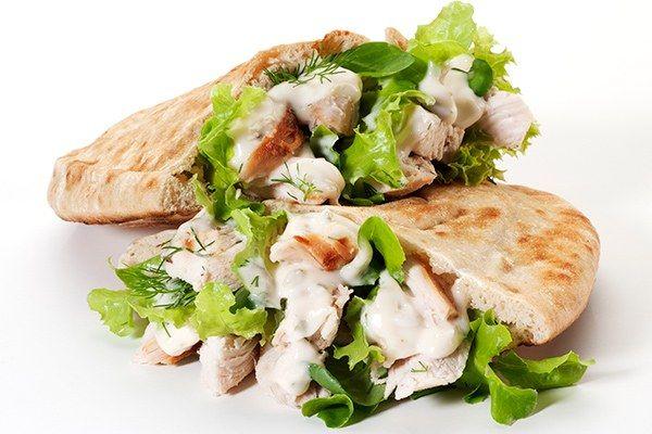 Sanduíche natural de frango no pão sírio
