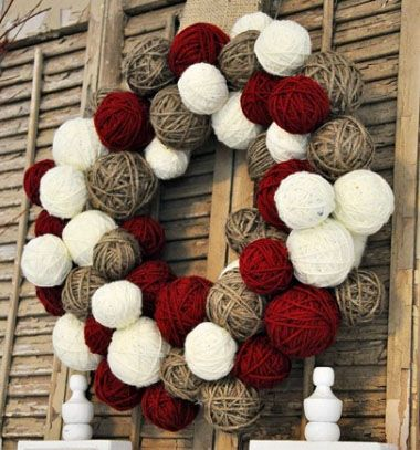 Yarn ball christmas wreath // Karácsonyi koszorú fonalgombolyagokból // Mindy - craft tutorial collection // #wintercrafts #winterdecors #wintercrafttutorials #diy #DIY #wintercraftideas #diywinterdecors