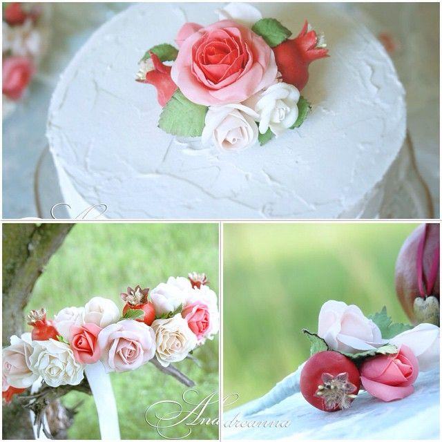 Все цветочки и гранаты на аксессуарах -ручная лепка. Веночек для невесты, цветочная композиция на торт и бутоньерка для жениха  #венок #веночек #торт #бутоньерка #атрибуты #аксессуары #свадьба #лепка #лепкаизпластика #цветы #розы #цветылепка #гранат #гранатоваясвадьба #свадьбавгреции #свадьбасанторини #санторини #свадьбазаграницей #свадьбанаостровах #wedding #weddingstyle #weddingattributes #weddingaccessories #santorini #roses #pomegranate #circletofflowers #flowers #andreanna
