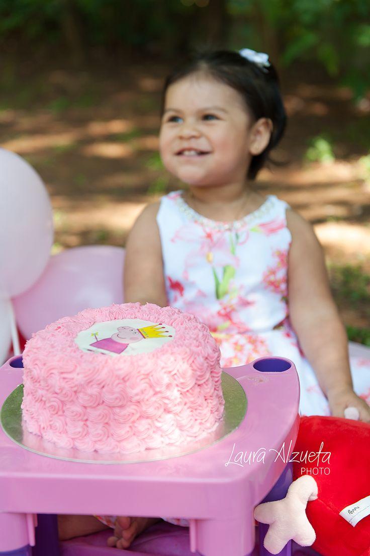 Para celebrar o segundo aniversário da Valentina fomos ao parque fazer um ensaio de fotos smash-the-cake. Adivinha o tema? Sim, ela ama a Peppa!! O bolo da nossa parceria @luanadavidsohn ficou um show!!