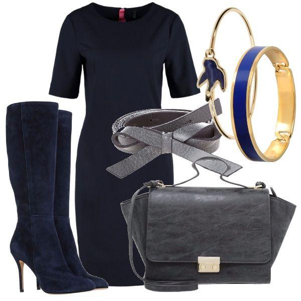 Tubino e stivali in pelle scamosciata, entrambi blu navy. Borsa a mano e cintura con fiocco, entrambe grigio piombo. Bracciali rigidi dorati con dettagli blu. Ecco un look perfetto per l'ufficio!