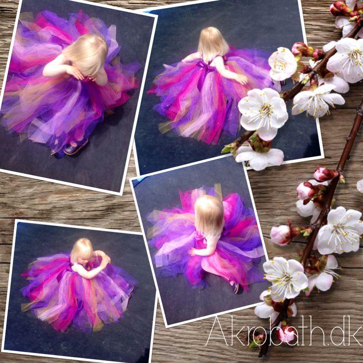 Speciallavet håndlavet tyl kjole i lilla, pink, guld og med glitter.