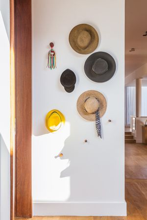 Detalhe dos chapéus, ganhando espaço na decoração em Porto Feliz, São Paulo | Projeto de interiores: Marina Linhares