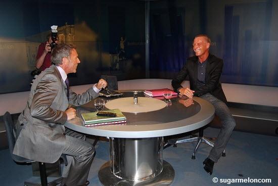 """Jörg Haider & Stefan Petzner Was denkt sich ein Nachrichtensprecher, wenn er die Russen in Zypern als Investoren bezeichnet? Besser gefragt: was denkt sich ein ORF-Redakteur wenn er so etwas schreibt? Warum gibt es keine klare """"Hierarche"""" der Haftenden? Weil die Aktionäre immer der Steuerzahler rettet, die Großanleger (zumindest in Zypern) über London geflüchtet sind und weil WIR uns das alles gefallen lassen!!!  Muss da das Zentralorgan des Neoliberalismus kommen, um uns dies klar zu…"""
