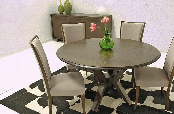 Τραπέζι ροτόντα κατασκευασμένοαπό φυσικό ξύλο καρυδιάς διαμέτρου 1,40.Το καπάκι είναι κατασκευασμένο από φυσικό ξύλο δρυ.