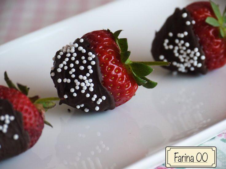 Fragole ricoperte di cioccolata fondente  http://blog.giallozafferano.it/farina00/fragole-ricoperte-di-cioccolato/