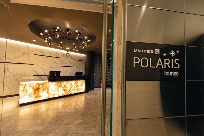 Los Angeles Is The Latest Hub To Receive Uniteds Polaris Lounge Aircraft Aircraftengineering Digitalizer Plane Business Class Lounge The Unit Shower Suites