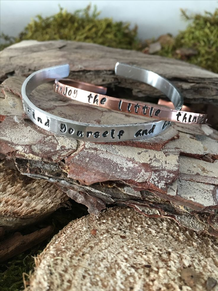 Handgestempelde verstelbare metalen armband. Koperen 'Enjoy the little things'. €11,95 Aluminium 'Find yourself and be'. €10,00