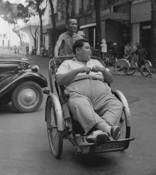 Paul Almásy, Le coolie et son passager, rue Catinat, Saigon, Vietnam, 1960