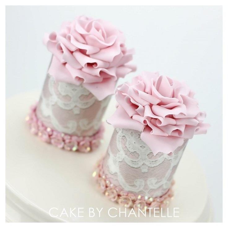 Первоклассные розовые и белые свадебные кексы
