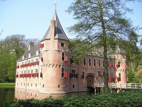 Kasteel Het Oude Loo is een jachtslot uit de middeleeuwen in het Kroondomein Het Loo, te Apeldoorn, niet ver van Paleis Het Loo. 'Loo' is een verouderd woord dat 'open plek in het bos' betekent. hij heeft veel verschillende bewoners gehad.
