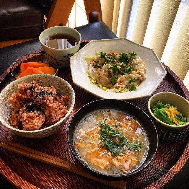 今日のお昼ごはん •豆腐の水餃子 •ほうれん草のユズおひたし •酵素玄米ごはん(自家製ごま塩) •重ね煮野菜のお味噌汁 •柿  久しぶりにゆっくりお昼ごはんです(^O^)12月は何かとバタバタしてるけど風邪ひかないように気をつけて… お豆腐の水餃子は森田久美さんのレシピオーガニックの餃子の皮があったので楽しみに作りました!具は豆腐、ニラ、長いも、生姜など。ゴマだれで 今家に柿がたくさんあって毎日食べてます一番好きな果物かも❤️ #おうちごはん #お昼ごはん #玄米菜食 #菜食 #ヴィーガン #酵素玄米 #lunch #vegan #vege