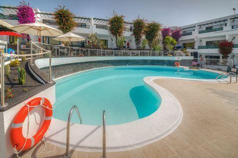 Morana Appartementen  Description: Ligging: De Moraña Appartementen ligt direct in het centrum van Puerto del Carmen en op ongeveer 100 meter van het strand. Het openbaar vervoer treft u op ca. 500 meter van het complex. Faciliteiten: Moraña Appartementen is tegen een steile heuvel gebouwd en beschikt over 66 appartementen. In de lobby met zitjes vindt u de receptie. Bij de poolbar kunt u terecht voor een drankje of een snack. Buiten vindt u een zwembad (verwarmd in de winter). Rondom het…