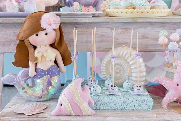 Fabiana Moura criou uma linda decoração com tema fundo do mar para o aniversário da Bia. As peças da Ella Arts deixaram a produção igual ao fundo do mar