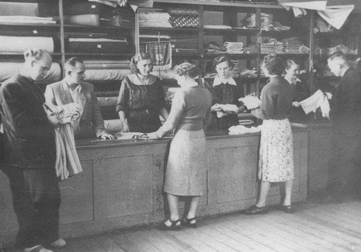 """Jeden z pierwszych po wojnie sklepów PSS """"Społem"""". Na pierwszym planie z lewej p.Borowiak, wieloletni pracownik Spółdzielni."""