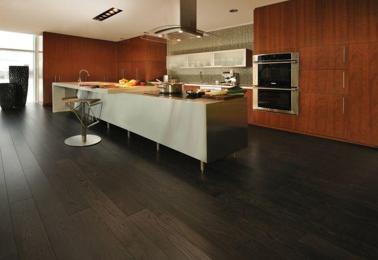 cocina moderna con armarios de color marrón y suelo oscuro