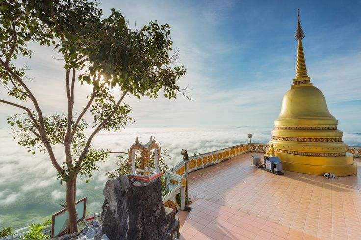 Budha na vrchole Wat Tham Seua (Tiger Cave), Krabi, Thajsko