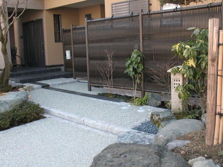 自然石タイプのふち石に、洗い出し。 心落ち着く和のアプローチ。