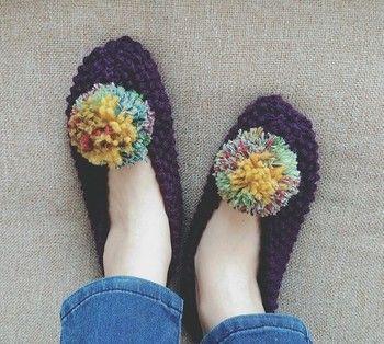 寒い季節に嬉しいルームシューズもかぎ針編みで手軽に作ることができますよ。ポンポンをつけるとアクセントになっておしゃれですね。