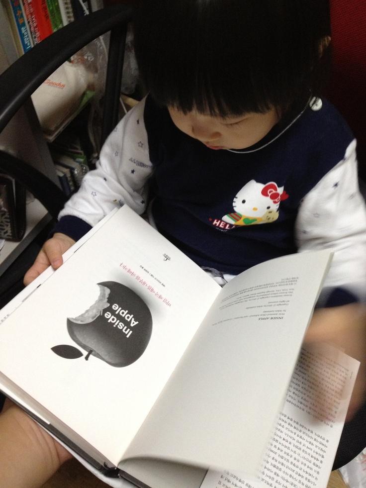 딸아이가 책장 앞에만 앉으면 달라고 하는 책.. 책 옆면에 사과가 있어 이것만 집어냄 ㅋ