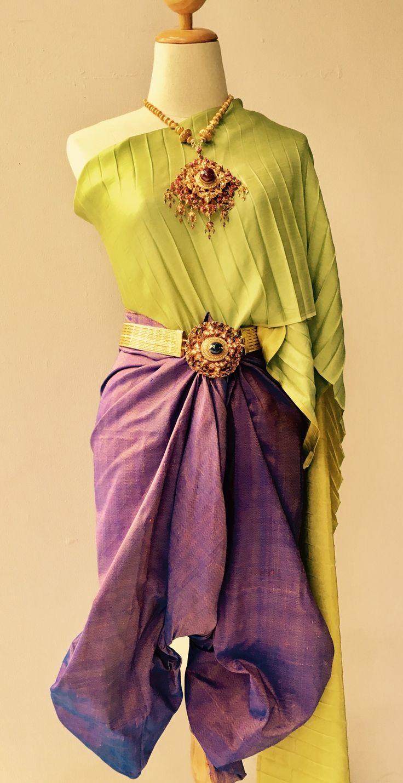 ถึงวันอังคาร ห่มผ้าแพรจีบสีเขียวโศก นุ่งผ้าไหมลายหางกระรอกสีม่วง