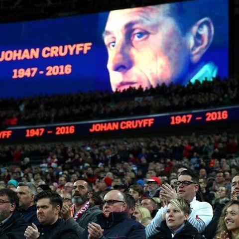 Wembley remembers Johan Cruyff in the 14th minute of the match between #England vs #Netherlands. #soccer #football #Wembley