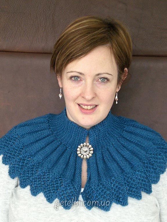 Красивая синяя манишка спицами. Описание вязания