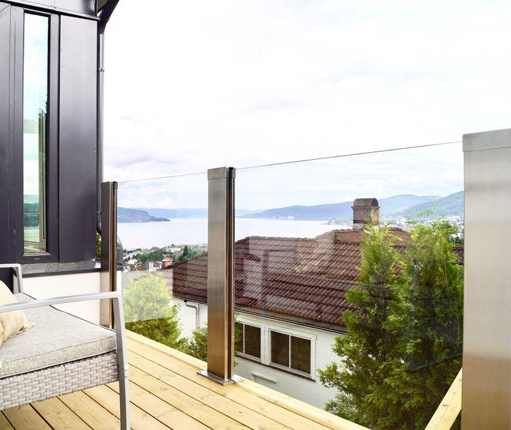 Glassrekkverk. design sonate Zero i herdet klart glass og syrefast stål.