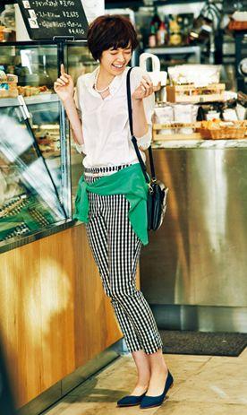 「ここがポイント!」 「白シャツにギンガムチェックのパンツを合わせて。大流行中のギンガムチェックは、幼く見えがちな柄ですが、こんなシンプルコーディネートならOggi世代もトライしやすいのでは? モノトーンの着こなしだから、ポイントに緑のカーディガンを。着てしまうとほっこりした印象になってしまうので、腰に巻いたり肩にかけたりするのが◎。パールのネックレス&ピアスで華やかさもプラスして」