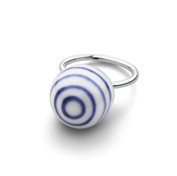 Anne Black Stripes Stor Ring hos Tinga Tango Designbutik. Ringen er i sterling sølv og porcelænskuglen er håndmalet. #anneblack#ring#porcelæn#design#smykker#danishdesign#designbutik