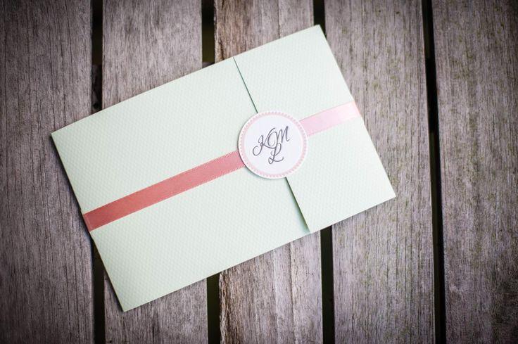 Pocketfold für die Einladung mit rosé Seidenbändchen und entzückendem Zuschließer. Das Monogramm der beiden ist fühlbar eingeprägt. www.hochdruckgebiet.de